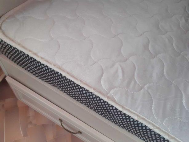 Двухяростная кровать и шкаф карандаш