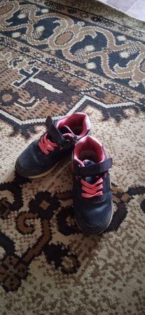 Кроссовки  на девочку 4-5 лет