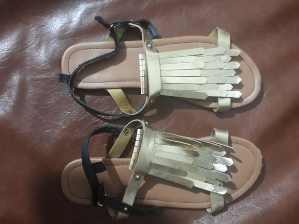 Vând sandale