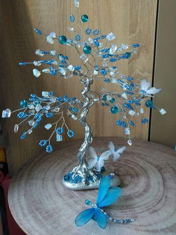 Дръвче от естествен лунен камък и сини мъниста.Височина 28см