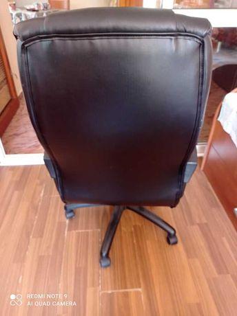 В отлично функционално състояние много удобен кожен стол от Jysk