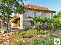 116060 Двуетажна къща с голям двор и стоп. постройки в с. Балван