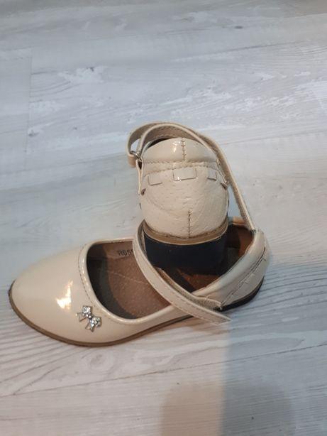 Vand pantofi crem numărul 25