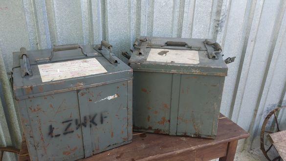 Големи стари метални кутии за филмови ленти.