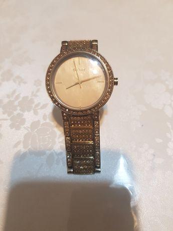 Наручные часы фирмы DKNY
