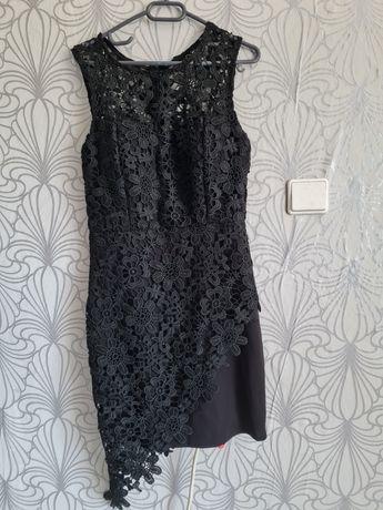 Продавам черна рокля с плетена дантела