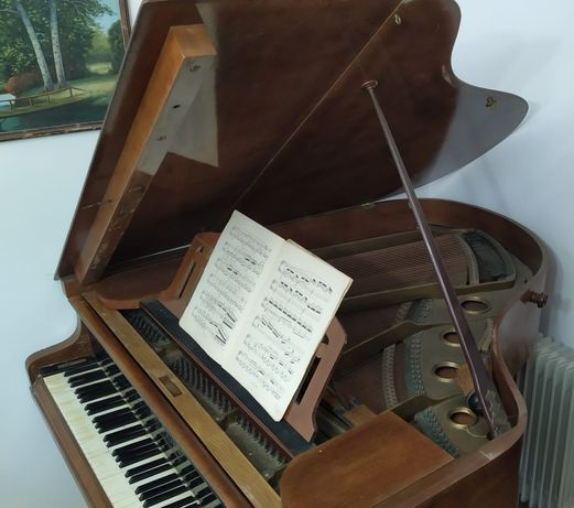 Vând pian cu coada