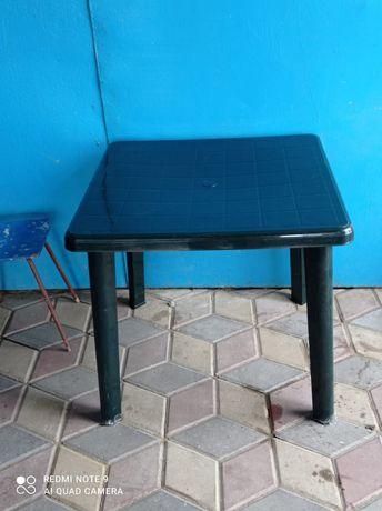 Стол пластиковый,темно зелёного цвета
