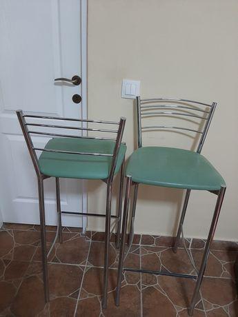 Vând două scaune de bar