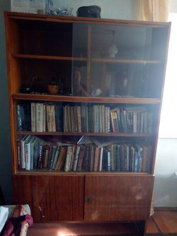 Продам вместительный книжный шкаф.