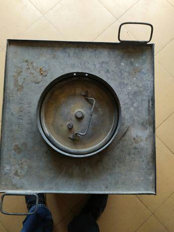 Поцинкован метален съд с капак и дръжки.