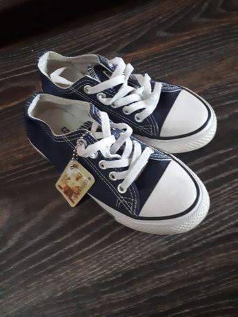 Продается детская обувь.