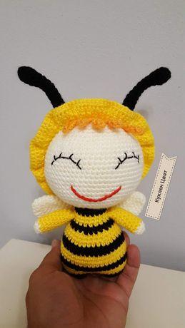 Ръчно плетена пчеличка