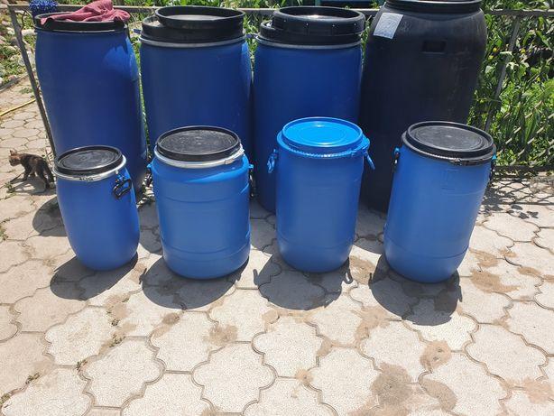 Пластиковые бочки разных размеров