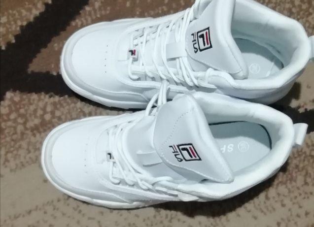 Продам новые осенние кроссовки