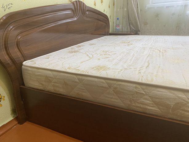Продам спальный гарнитур:кровать и тремо!