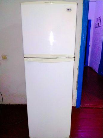 Холодильник LG белого цвета