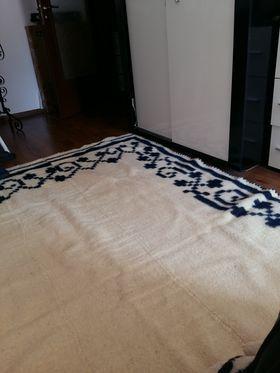 Ръчен вълнен килим в бяло и синьо