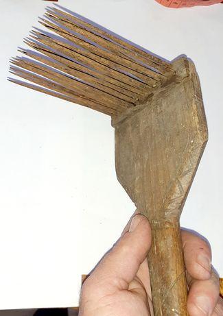 Un vechi pieptene de canepa cu incrustatii deosebite