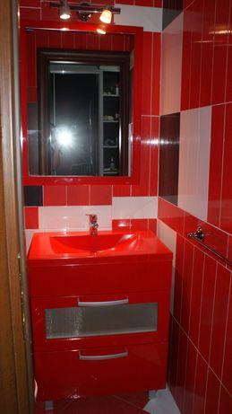 Mobilă pentru baie(cu chiuvetă, oglindă, suport de prosop, becuri)