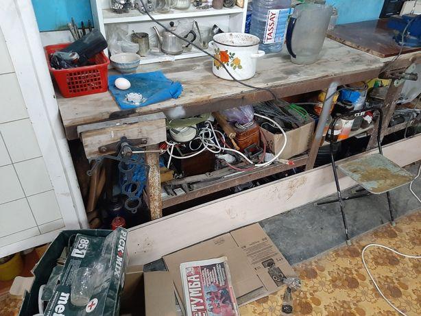 Продам рабочий стол с деревянной тисками