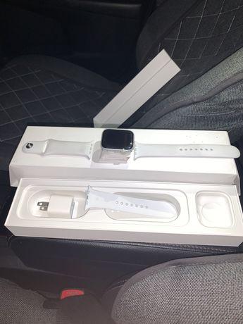 Продаются Apple Watch (series 5, 44 mm silver)