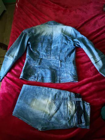 Vând costum blugi