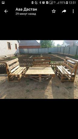 стол и три скамейки