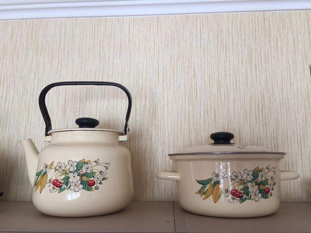 Эмалированный чайник и кастрюля в наборе