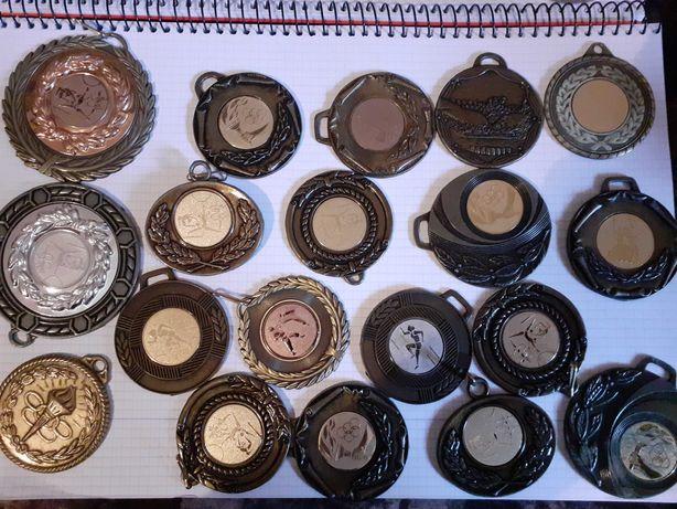 lot de 24 medali sportive diferite straine