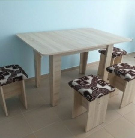 Стол и 4 табуретки новые кухня