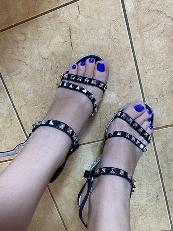 Vând sandale înalte