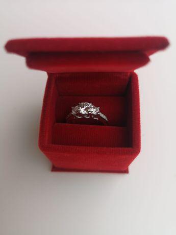 Vând inel cu diamant