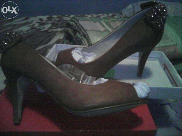 pantofi decupati la varf