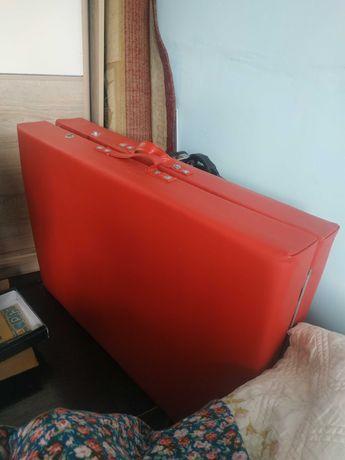 Складная кушетка красного цвета с вырезом для лица
