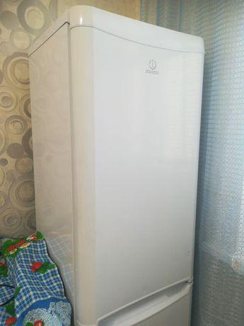 Холодильник СРОЧНО продаётся почти новый не пользовались совсем индези
