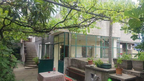 Продавам самостоятелна къща с парцел в Асеновград.