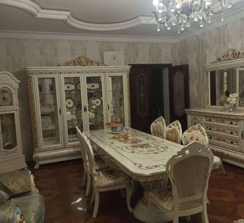 Продам мебель в гостиной стол и стулья б у