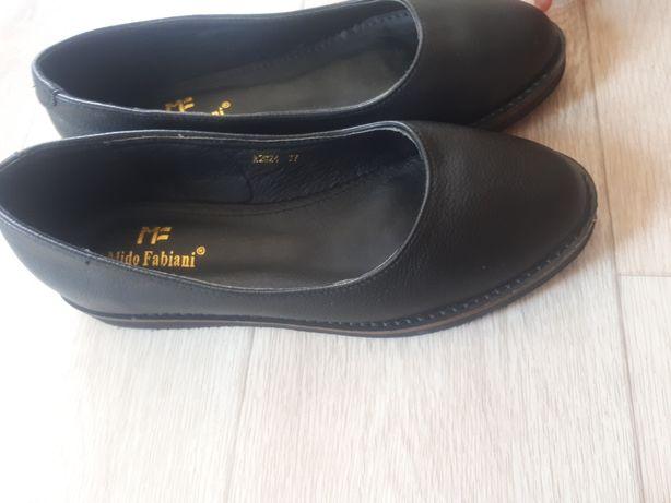 Продам новые черные школьные туфли 38 размера