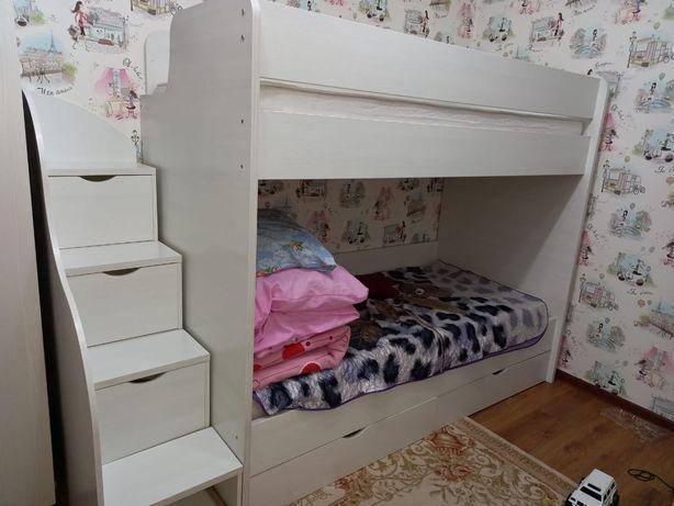 Продам кровать двухяростный с матрасом