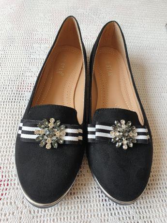 Обувки с камъни и панделка