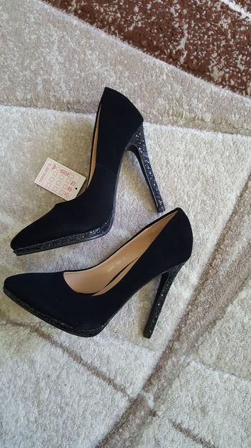 Vând pantofi noi și eleganți
