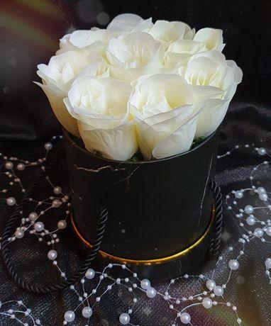 Луксозна кутия с бели рози