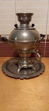 Самовар советских времен, блюдо подставка под него серебряное.