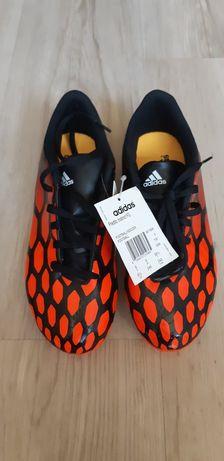 Adidași fotbal marca Adidas.
