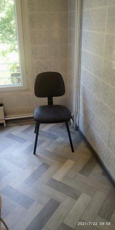 Удобный стул с мягкой сидушкой для учебы в домашних условиях