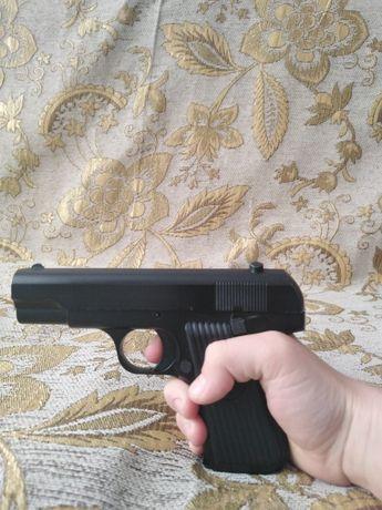 Продам железный пистолет стриляет пласмасывами Пульками