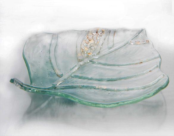купата за салата е изтеглена върху стъкло. Красив подарък
