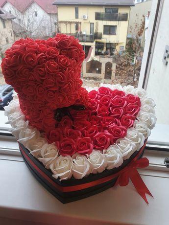 Cutie in forma de inima cu ursulet figurina din trandafiri de sapun