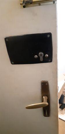 Входна врата с четиристранно заключваща брава